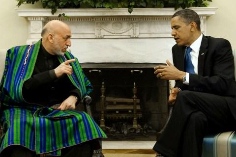 US President Barak Obama (R) speaks with